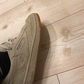 Reebok sneakers i ruskind.  Byd!