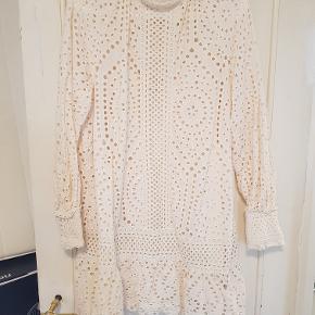 Superflot broderie anglaise kjole med høj krave og lange ærmer. Løs underkjole indenunder.  Kun brugt en enkelt gang, så er som ny.  Mål Længde: 93cm Bredde: 59cm  Nypris: 599,-