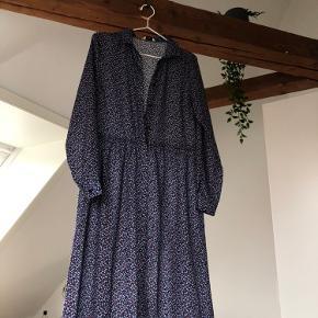 Sælger denne fine kjole fra envii da jeg ikke kan passe den mere, den har en enkelt lidt løs knap, men den kan hurtig syes i.  Byd
