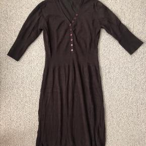 Flot kjole der går lidt ind i taljen i str. L fra part Two   Farven er brun   BYD