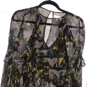 Iro bluse i khaki mønster. Der er løbet lidt tråde, men ellers er den i fin stand  Kom med et bud ☺️