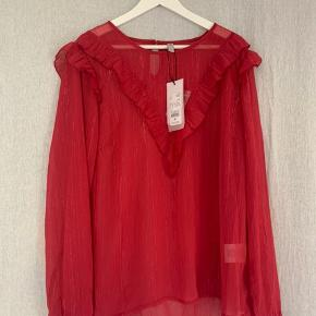 (Aldrig brugt) rød-glimmer trøje fra CULTURE - med prismærke Størrelsen er XL men kan også passes som L