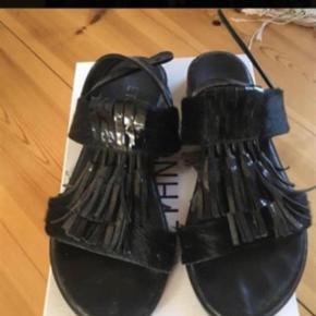 Brand: Ethno Varetype: Sandaler Farve: Sort Oprindelig købspris: 1600 kr.  Brugt en gang. ETHNO (danish sustainable shoe brand) sandaler. Sort pels og skind. svarer TIL str 37. Brugt 1 gang