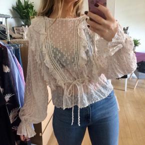Nude farvet bluse fra H&M  • Str S • Brugt en enkelt aften  • Ny pris 400 ,- • Der følger en singlet top med som hører til blusen. Se billede i kommentar  Søgeord: flæse bluse, fest top, fest bluse, beige, glimmer top  #trendsalesfund