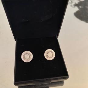 Fineste ørestikker/øreringe fra Aveny (sølv, mrk 925 bagpå).  Måler 10 mm.   Nye i æske - aldrig brugt.  + porto.