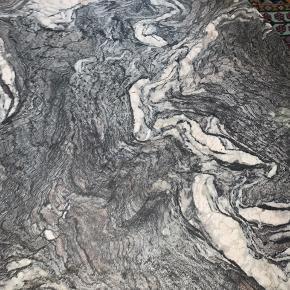 Jeg overveje at sælge mit fine spisebord i marmor på stålben. Marmoret er grå/sort/hvid - se billede. Bordet måler cirka en meter i diameter og passer perfekt til 4 spisebordsstole.