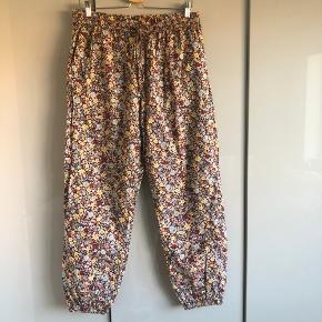 """Fejlkøb. Helt nye Mona pants bourdeaux fra Lolly Laundry's nye kollektion, købt i Bahne i starten af Oktober. 100% bomuld. Størrelsen beskrevet på deres hjemmeside """"L: waist 82 cm / waist stretched 102 cm / inside length 75.3 cm""""."""
