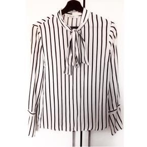 Flotteste skjorte i sort/hvid - fremstår som ny, helt uden brugsspor. Materiale er 100% viscose Kun brugt få gange  Nypris var 700.-