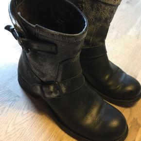 Super flotte korte støvler. 2,5 cm hæl. Sender med DAO kr 35,-