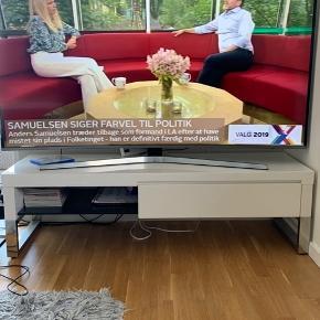 Tv-bord hvid højglans med skuffe  Np 2000 kr Mp 250 kr B: 140 cm H: 40,5 cm D: 45 cm