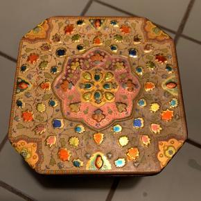 Flot dekorativ dåse i mange flotte farver , den måler 10 gange 10 cm og er 6 cm høj . Dog har den en smule rust inde i dåsen se billede 😊