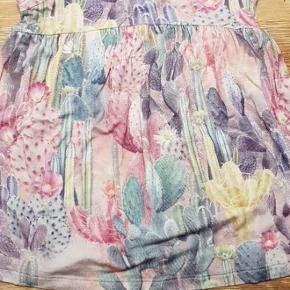 Fin kjole fra Molo, str 62. Vasket én gang i neutral men aldrig brugt.