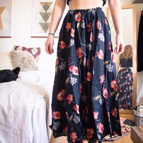 Vintage nederdel, dejlig luftig! Den har elastik i taljen som kan udvide sig ret meget.   Motivet er forskellige markblomster: valmuer mm.  Jeg er 165 cm!