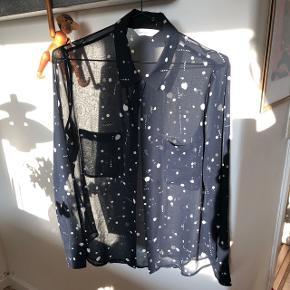 Sælger denne mørkeblå, transparente skjorte fra Samsøe. Modellen hedder Molly shirt aop 6144.