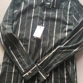 Lækker skjorte i str XL. Den er grønne og hvide striber. Nypris 600 kr. Sælges for 250 kr. Har aldrig været brugt