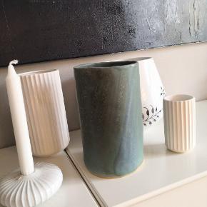 Unik keramik vase, kun denne ene findes. Højde 21, dia 13. Pris pp