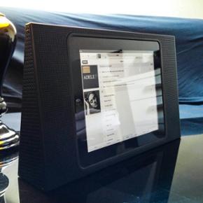 Bang & Olufsen BeoPlay A3 højttaler, inklusive iPad Original 1st generation 64 GB  B&O højttaler Kommer med tilhørende opladere til både dansk og britisk stikkontakt, som også oplader iPad når den er tilsluttet. Der medfølger også 30 pin USB oplader til iPad.  Stereo justeres automatisk ud fra position, og afspiller i høj kvalitet.  Bemærk at iPad Original ikke længere understøttes af Apple update, nyere apps vil altså ikke fungere på enheden - dog fungere spotify og iTunes uden problemer, og Youtube kan tilgåes via Safari - derudover kan der også gemmes film og musik lokalt som kan afspilles gennem enhedens indbyggede film og musik apps.