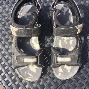 Super fine Ecco sandaler med velcrolukninger. Brugt max 10 gange. Lidt slid forrest ved tæerne Nypris 650 kr
