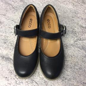 Super flotte Ecco sko med flot spænde. Farven er meget mørke brun og de har gummisål Super dejlige at have på 🤩 De er brugt få gange
