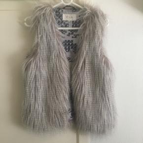 Sælger denne lækre pels vest(falsk pels) i en str M fra Vila. Den er brugt, men ingen slidmærker på den. 40,-