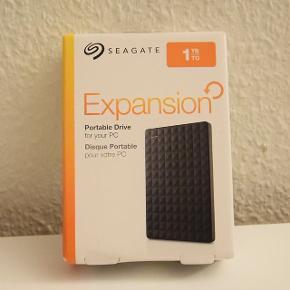 """Seagate Expansion 1TB HDD - sort Ubrugt ekstern harddisk stadig i indpakning. Købt i Bilka. Sælges (til nypris) da jeg ikke nåede at bytte den indenfor bytteperioden :)  2,5"""" harddisk med USB 3.0. 1000 gigabytes (1 terabyte)    Afhentes i Ikast"""
