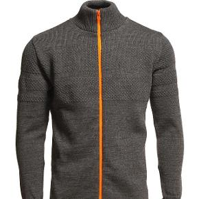 Sælger denne helt nye knit lynlåstrøje fra Mads Nørgaard. Ny pris: 1200. Byd gerne og skriv endelig, hvis spørgsmål måtte haves :)