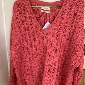 Varm rosa / pink farvet loose lidt oversize sweater fra UO i str S. Mål: længde ca 60 cm Bredde fra ærmegab til ærmegab ca 65 cm Ærmer målt fra armhule og ned ift lav skulderkant ca 45 cm. Sælges for under halv pris plus porto. Nypris 525 i UO på strøget forår '19 Det sidste billede er fra nettet!