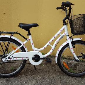 """Rocky pigecykel 20"""" Serienummer WDB48994J Cyklen har stået i lukket cykelskur Der er monteret forlygte og baglygte, der blinker når man kører."""