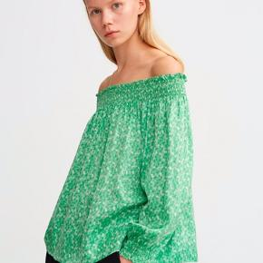 Neva top i grøn fra Rodebjer.  Smuk bluse med et mini blomster print, og et afslappet fit.  Blusen har en stor elastisk kant, der både kan bæres omkring skuldrene, eller omkring halsen. Super lækker kvalitet ✔️ 52% viskose & 48% rayon - nypris 1400,-   Brugt 2 gange derfor som ny ... FAST pris og ingen byt 😊  Har også nederdel til salg i samme print ✔️