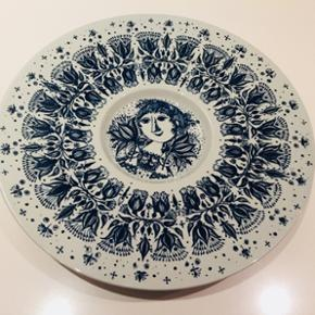 "Flot blå platte i perfekt stand - ""Pigen i midten"". Diameter 30cm."