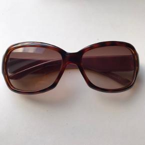 Virkelig elegante solbriller som er fantastiske at gå med. Desværre er jeg blevet langsynet med alderen, og det er dyrt at få sat glas i med styrke, så jeg håber en anden uden behov for styrke vil få glæde af dem
