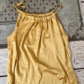 Satin top i gul/guld med halterneck. Onesize.