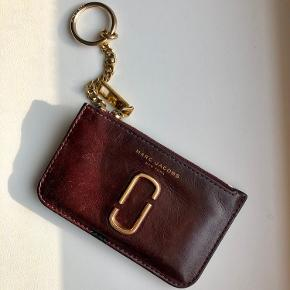 Smuk key pouch fra Marc Jacobs. Læderet er smukt og velholdt. Hardware på pungen har naturligt slid, men ikke meget. Sender  gerne flere billeder :-) nypris var omkring 1000-1200