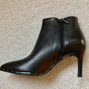 Lækre italienske støvler i fint skind med mellemhøj hæl og indvendig. Super fine til hverdag eller fest og dejlige bløde indeni.  Ny pris 1498,- aldrig brugt.