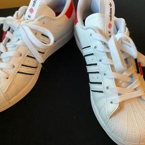 Adidas superstar tokyo city edition, lavet i forbindelse med det kinesiske nytår. De er brugt i er par timer, that's it. De fejler ingenting overhovedet