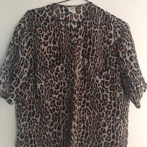 Fin bluse i viskose med 2 brystlommer. Den er lidt længere bagpå end foran. Bm ca 60x2 cm Oprindelig købspris 1200 kr Gerne betaling med mobilepay