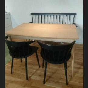 Flot velholdt spisebord i eg med hollandsk udtræk. Stel og ben er i massiv egetræ. To ekstra plader som kan trækkes ud, så bordet kan forlænges til næsten dobbelt længde.  Se mål på billederne.  Stolene fra Hay er også til salg(se min anden annonce)