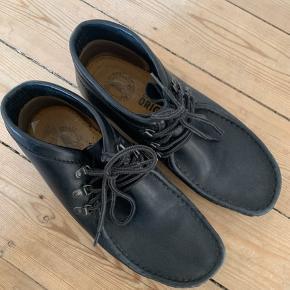Sorte læder sko af Clarks Originals. Størrelse 7,5 UK hvilket svarer til en størrelse 40. Dog kan en størrelse 41 godt passe dem ved brug af en tynd strømpe.  Det kan aftales at skoen bliver prøvet på før køb.  De er i god stand, men sålen er en smule slidt.