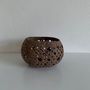 Fin fyrfadsstage lavet af en kokosnød. Ca 8 cm høj.