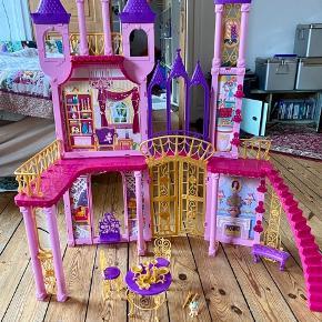 Barbie dukkehus slot Mål på slottet: H: 102 cm, L: 90 cm, D: 38 cm  - fast pris -køb 4 annoncer og den billigste er gratis - kan afhentes på Mimersgade 111. Kbh n - sender gerne hvis du betaler Porto - mødes ikke andre steder - bytter ikke