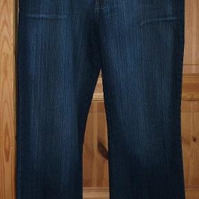 Hondney Classic Jeans Bukser super lækre og flotte Farve: se billed  Flotte, lækre og smarte 3/4 bukser  str 48 der er strech i dem skriver de er en str 48 men der står T52 i dem, men mål svarer til ca str 48  Lavet af : 70 % cotton, 27,3 % polyester og 2,7 % elasthane   MÅL : Livvidde : ca 50 x 2 cm + strech Hel længde : ca 102 cm Indvendig Ben længde : ca 75 cm Skridt for : ca 30 cm Skridt Bag : 40 cm  Mindstepris : 70 kr plus porto Porto er 45 kr med DAO uden omdeling  Bytter Ikke .