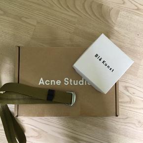 Hey sælger dette acne studios blå konst bælte. Fejler intet og har boks og label fra acne studios   Skriv for mere information og spørgsmål :))