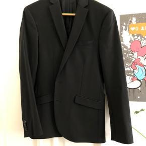 Samsøe & Samsøe blazer sælges til en meget favorabel pris! Den fremstår næsten som ny og bukserne til blazeren kan stadig købes på Samsøe & Samsøes hjemmeside under navnet Nat trousers 3806.