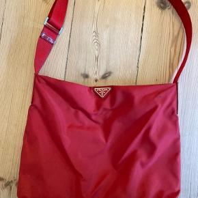 Fin og klassisk taske fra Prada i nylon. Tasken har en virkelig god størrelse med plads til meget.  Der er to små pletter foran (se billede 2), pris sat derefter. Ægthedsbevis haves 🌞