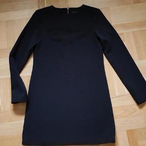 Brand: S'NOB de Noblesse Varetype: kjole Farve: Sort Oprindelig købspris: 899 kr. Prisen angivet er inklusiv forsendelse.  Rigtig flot kjole med lynlås i nakken - i lækker kvalitet.