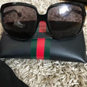 Varetype: Solbriller Størrelse: OZ Farve: Sort Oprindelig købspris: 2400 kr.  Mp 650 pp Standen er fin men brugt - derfor er prisen derefter.  Man er velkommen til at komme og se dem - send pb.  Obs! Der er en revne i ituiet.