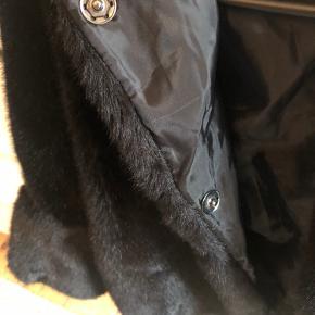 Fake Fur  til hende dér tør ! Rigtig fin kort jakke med puf ærmer .  2 knapper øverst  Lidt A form . Så smuk med sort fint inderstof   Str :  S/M  Måler : 47 cm fra skulder og ned .  Aldrig brugt , købt i Italien , så fåes ikke her i Danmark :) Np 1000,-  Sendes med DAO på købers regning . Prisen er fast og bytter ikke