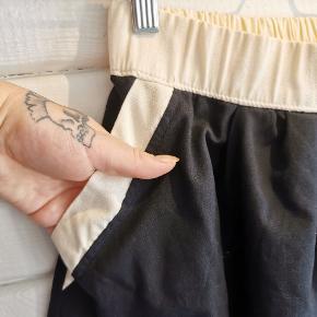 Har vist haft den på én gang. Fine detaljer med lommer og for. Håndsyet, købt i NYC.