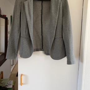 Smuk og elegant blazer fra Neo noir i er smukt snit. Kan bruges både til hverdag og fest