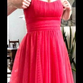 """Sjov og anerledes tyl kjole fra Divided Gold som er """"fest linjen"""". Brugt en enkelt gang.  Den har flere lag tyl og gummi kant langs brystet så den ikke falder ned.  Den er perfekt til sommer bryllup, udklædning, Pride eller fest. Farven er svær at definere. Orange, pink, mørk laks.   På sidste billede har jeg angivet en farve skala. Jeg synes farven strawberry beskriver farven bedst."""